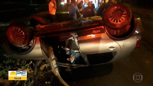 Motorista fica ferido após carro capotar na BR-101, em Igarassu
