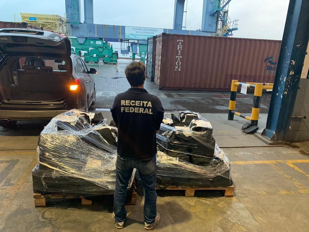 Bolsas com cocaína foram apreendidas pela Receita Federal em carregamento de uva — Foto: Receita Federal/Divulgação