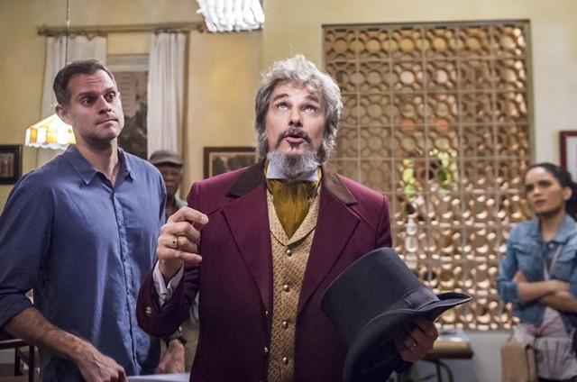 Leonardo Nogueira dirige Edson Celulari (Dom Sabino) em 'O tempo não para' (Foto: TV Globo / Paulo Belote)