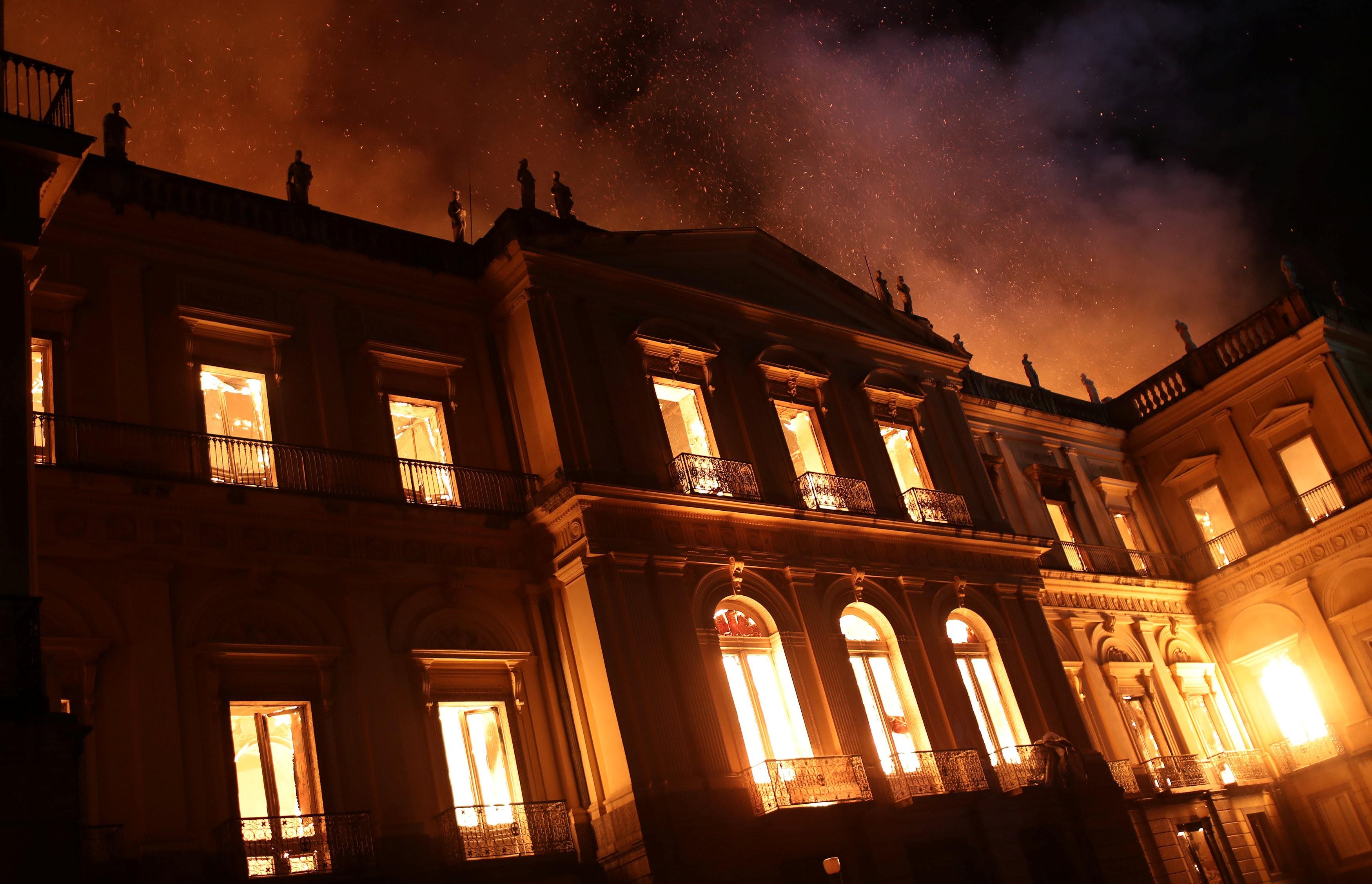Resultado de imagem para esquerda comemora incêndio museu