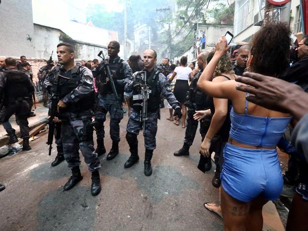 Movimentação na entrada da comunidade Pavão-Pavãozinho em Copacabana, no Rio de Janeiro, após troca de tiros  (Foto: Fábio Motta/Estadão Conteúdo)