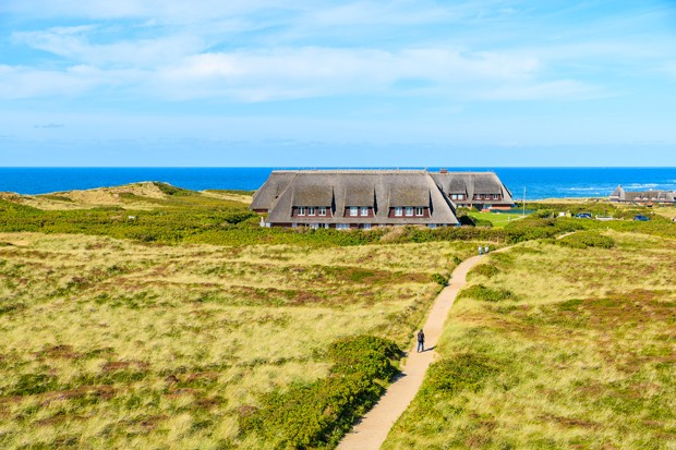 Sylt is the largest North Frisian island and is a popular destination for fine food and water sports. Located off Schleswig-Holstein's North Sea coast. (Foto: Getty Images/iStockphoto)