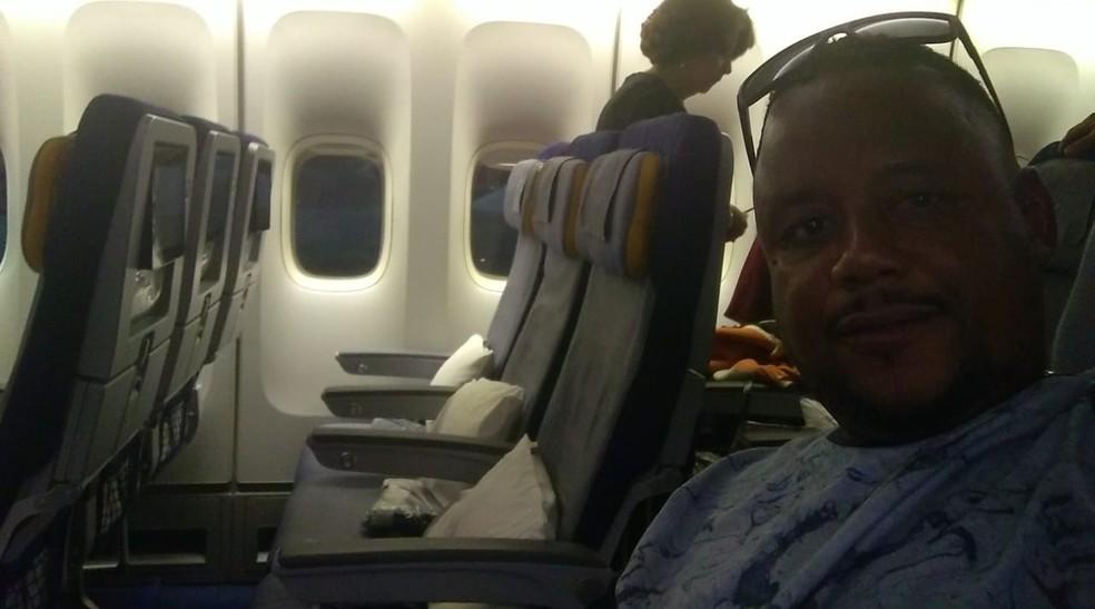Robson sorridente no avião a caminho de Moscou — Foto: Arquivo Pessoal