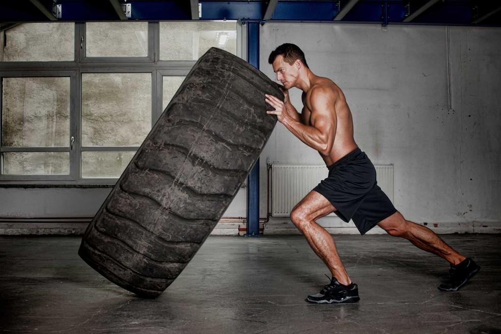 Crossfit - modalidade de alto impacto e alta intensidade que combina exercícios como levantar pesos, erguer e virar pneus de caminhão (que podem pesar mais de 80 quilos), abdominais, flexões, entre diversas outros — Foto: Shutterstock