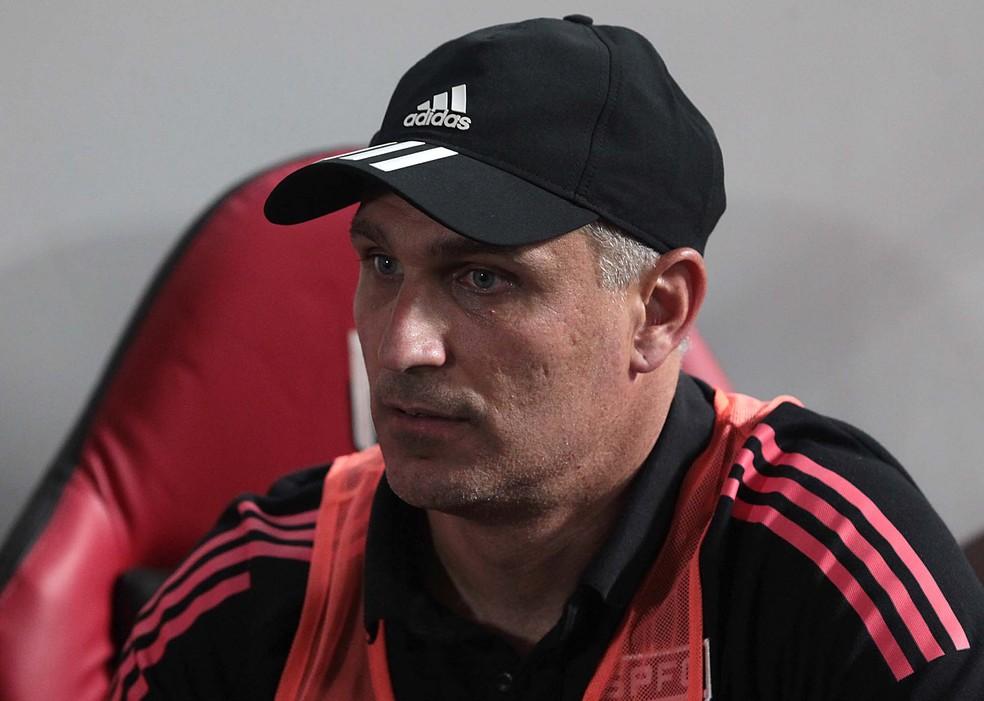 Juan Branda, auxiliar de Crespo, comandou o São Paulo contra o Atlético-GO — Foto: Rubens Chiri