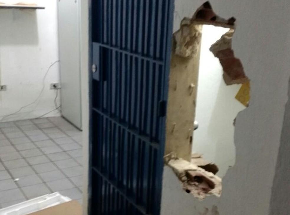 Bandidos fizeram buraco na parwede da sala onde ficava o cofre da empresa Klaus Costa, em Abreu e Lima (Foto: WhatsApp)