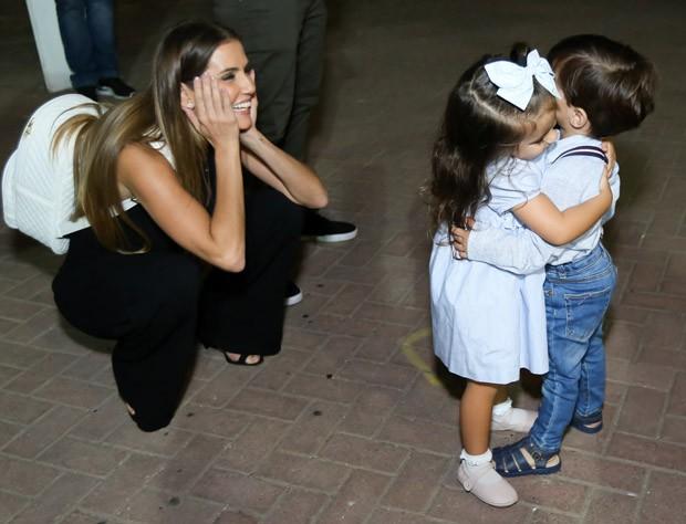 Deborah Secco observa Maria Flor com amiguinho (Foto: Roberto Filho/Brazil News)