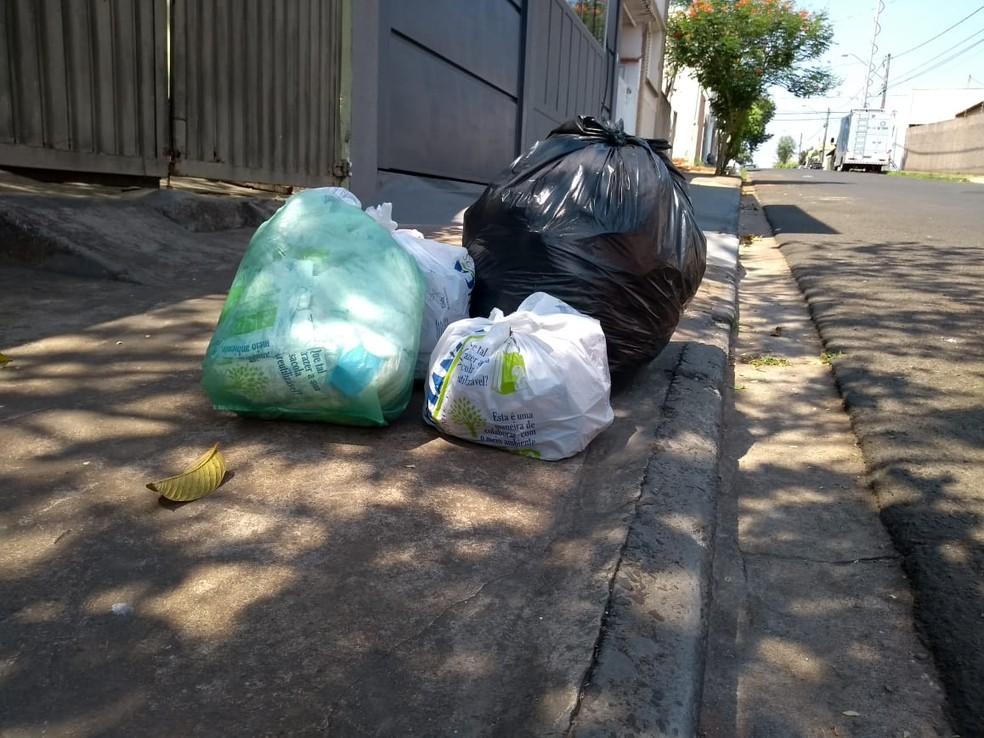 Lixo se acumulou nos bairros que não foram atendidos devido à quebra dos caminhões em Bauru  — Foto: Eduardo Dantas/TV TEM