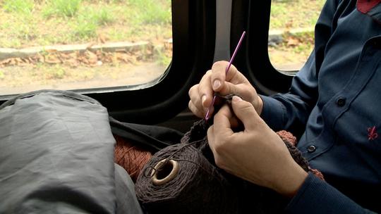 Capixaba faz crochê no ônibus e chama atenção de quem vê