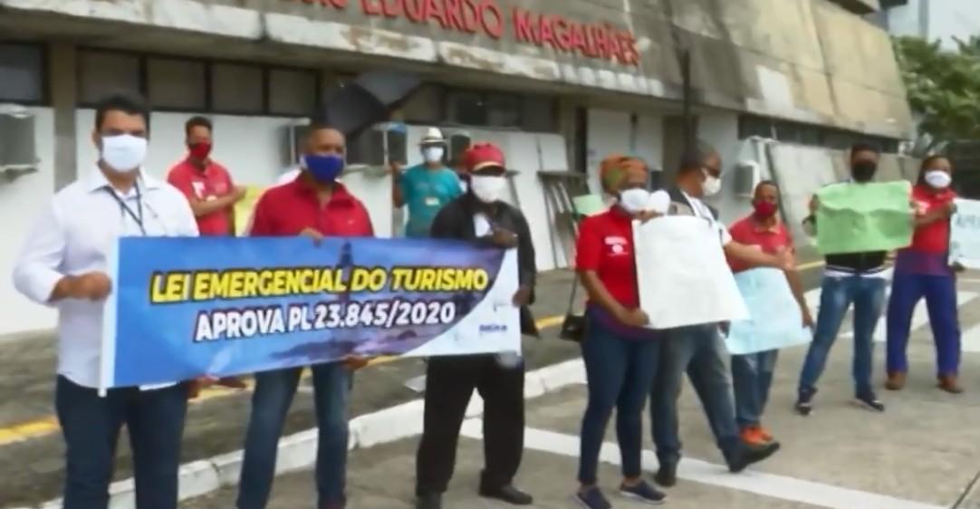 Guias e monitores de turismo protestam em frente à ALBA para cobrar aprovação de PL que prevê auxílio para categoria