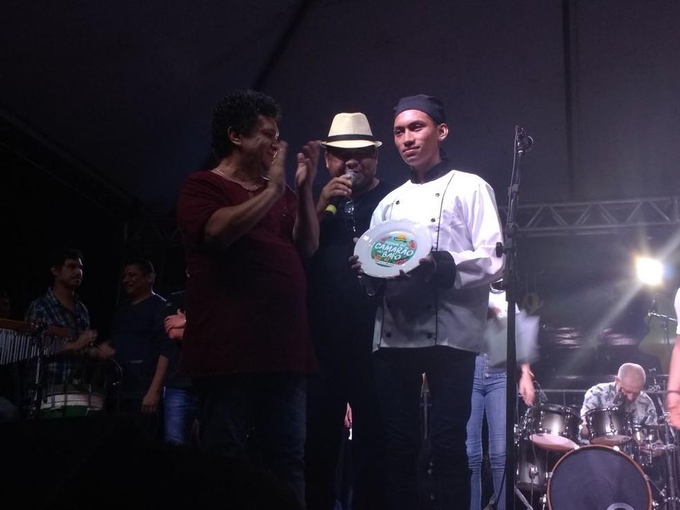 Cheff Walter foi o vencedor do melhor preparo do camarão (Foto: Fabiana Figueiredo/G1)