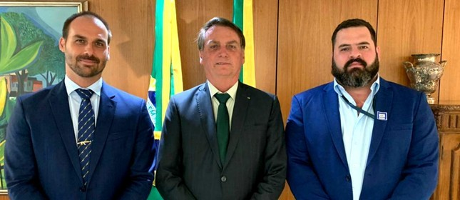 Paulo Chuchu ao lado do presidente Jair Bolsonaro e do filho Eduardo