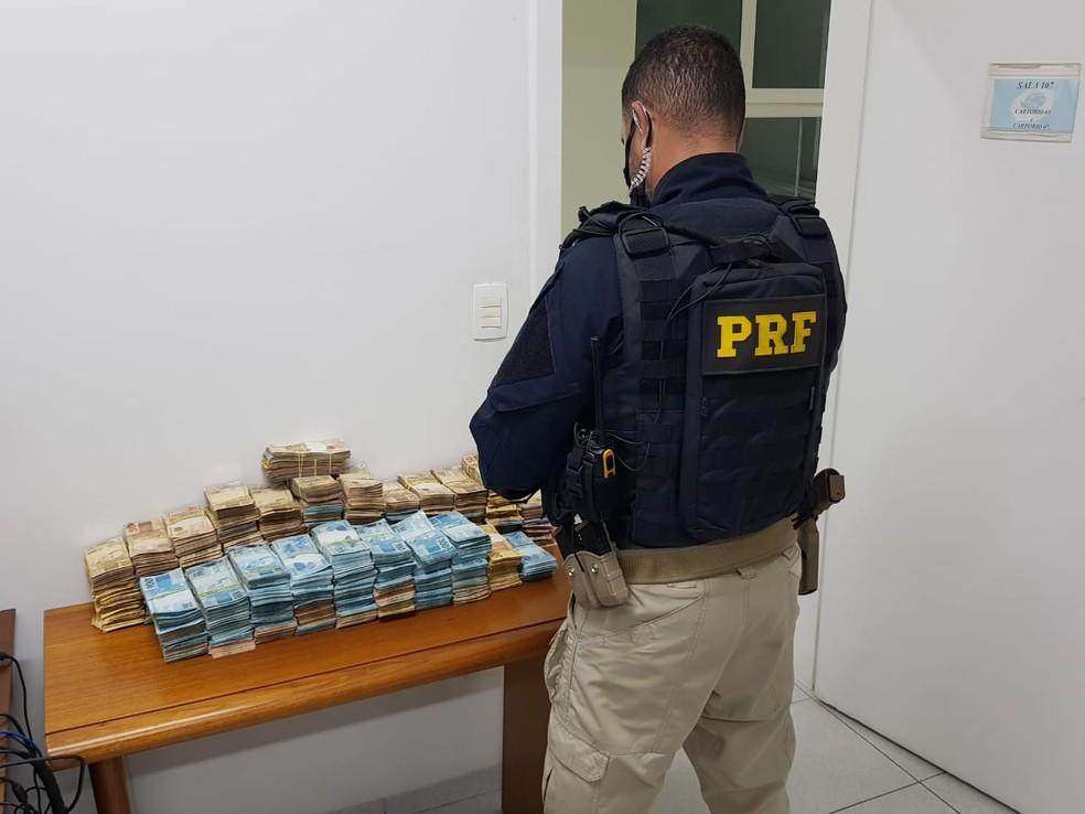 Polícia Rodoviária Federal apreende quase R$ 1 milhão em carro na Dutra em Pinda — Foto: PRF/Divulgação