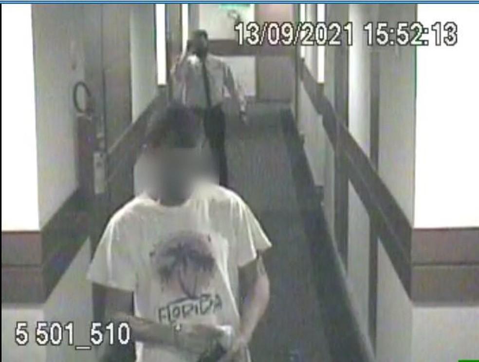 Imagem da câmera de segurança do hotel onde fuzil foi furtado — Foto: PCDF/Divulgação