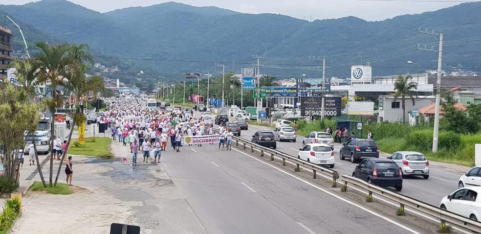 Parte da SC-401 foi bloqueada por militares em protesto  — Foto: Jean Raupp/NSC TV