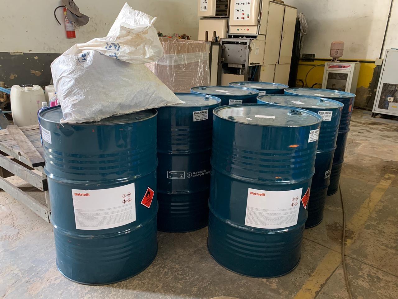 Após denúncia, Vigilância e Procon fazem apreensão de mais de 200 litros de álcool em fábrica no AC