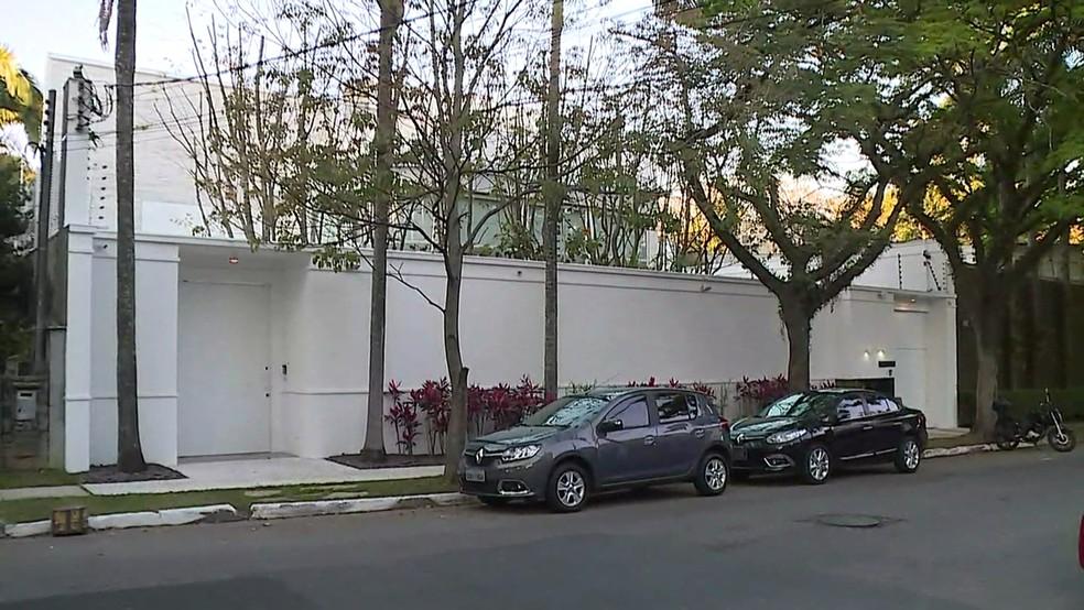 Mandado de prisão contra Joesley seria cumprido na casa dele, nos Jardins, mas empresário não estava lá (Foto: Reprodução/TVGlobo)