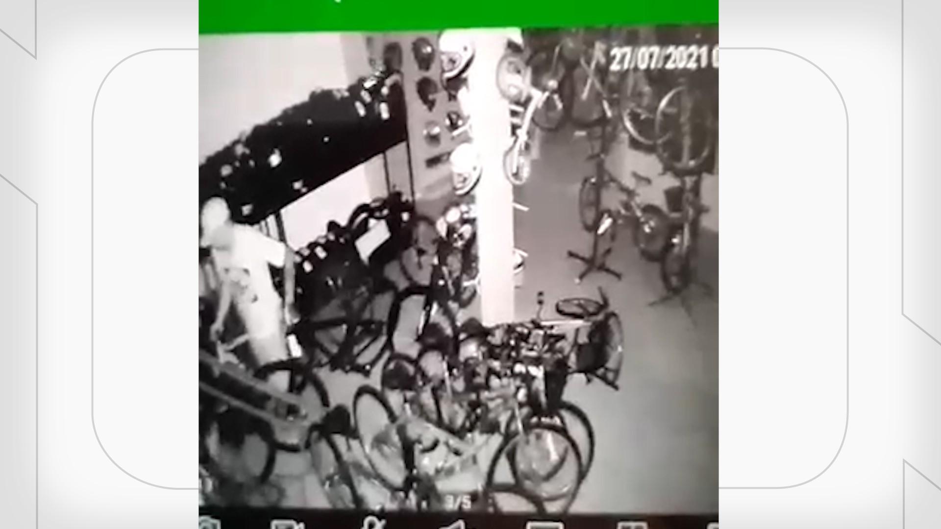 VÍDEO: criminosos furtam bicicletas de loja em São Luís; um suspeito foi preso