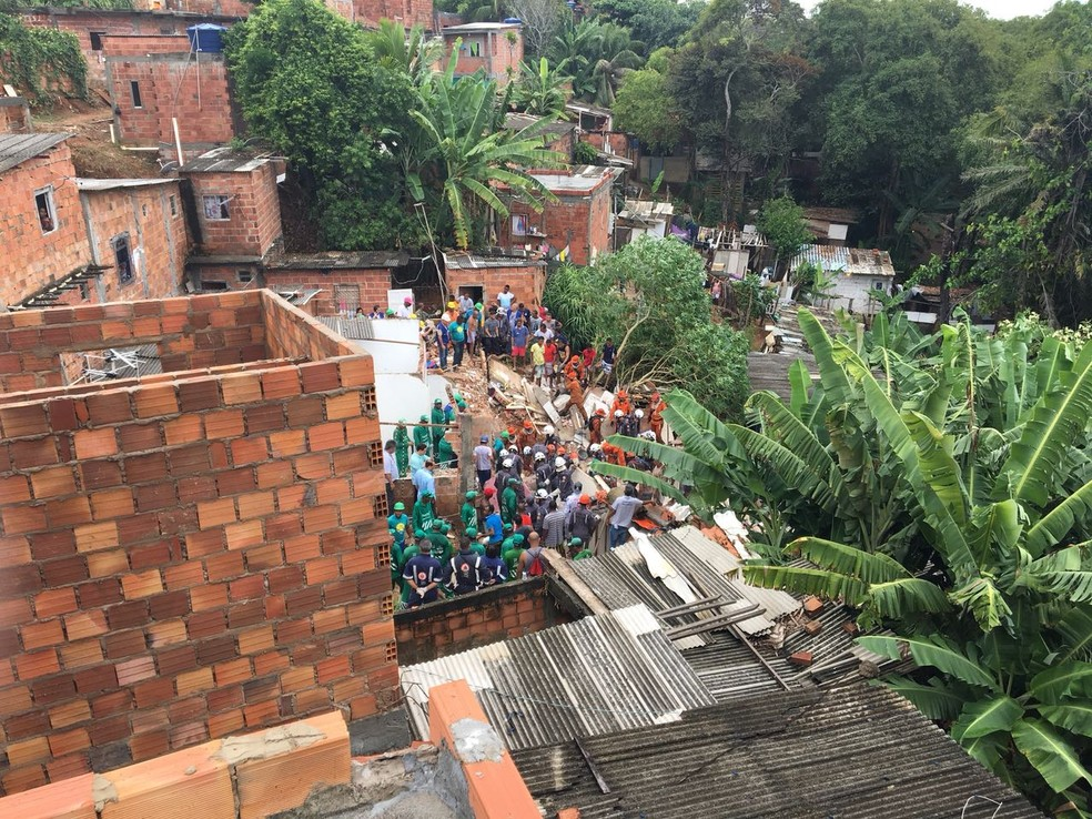 Resgate das vítimas na comunidade de Alto de São João (Foto: German Maldonado/TV Bahia)