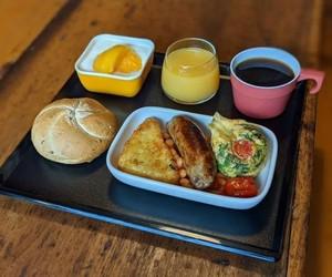 Com saudade de comida de avião, homem recria receitas em casa e faz sucesso em rede social