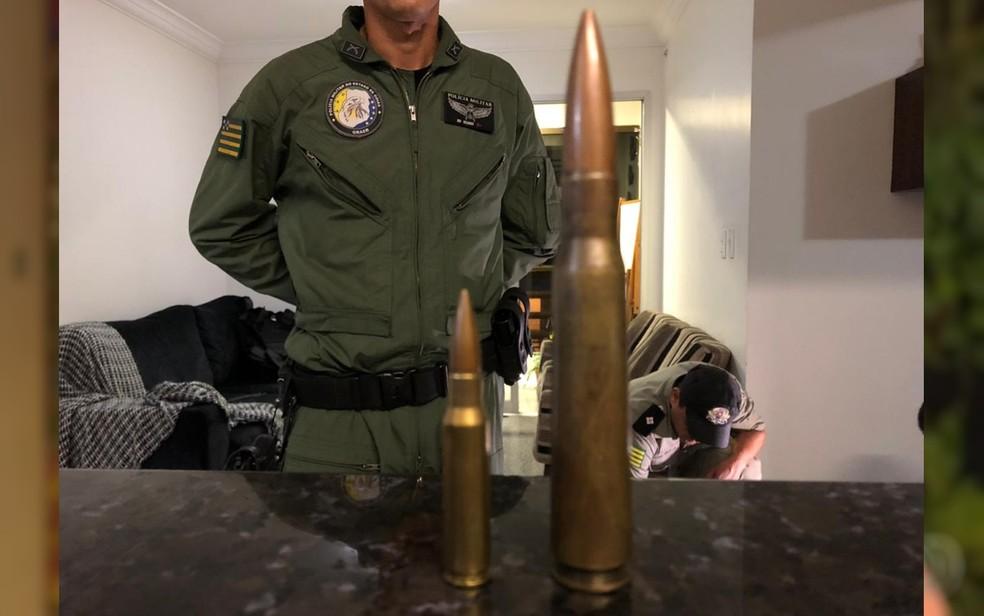 Munição de fuzil ao lado de munição antiaérea que pode derrubar helicóptero — Foto: Honório Jacometto/TV Anhanguera