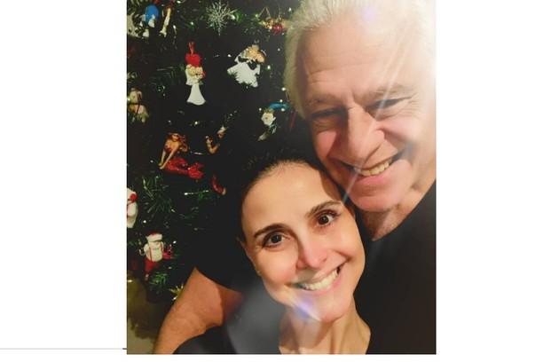 Antonio Fagundes e Alexandra Martins escreveram: 'Nosso presente para a família: ficamos em casa' (Foto: Reprodução)