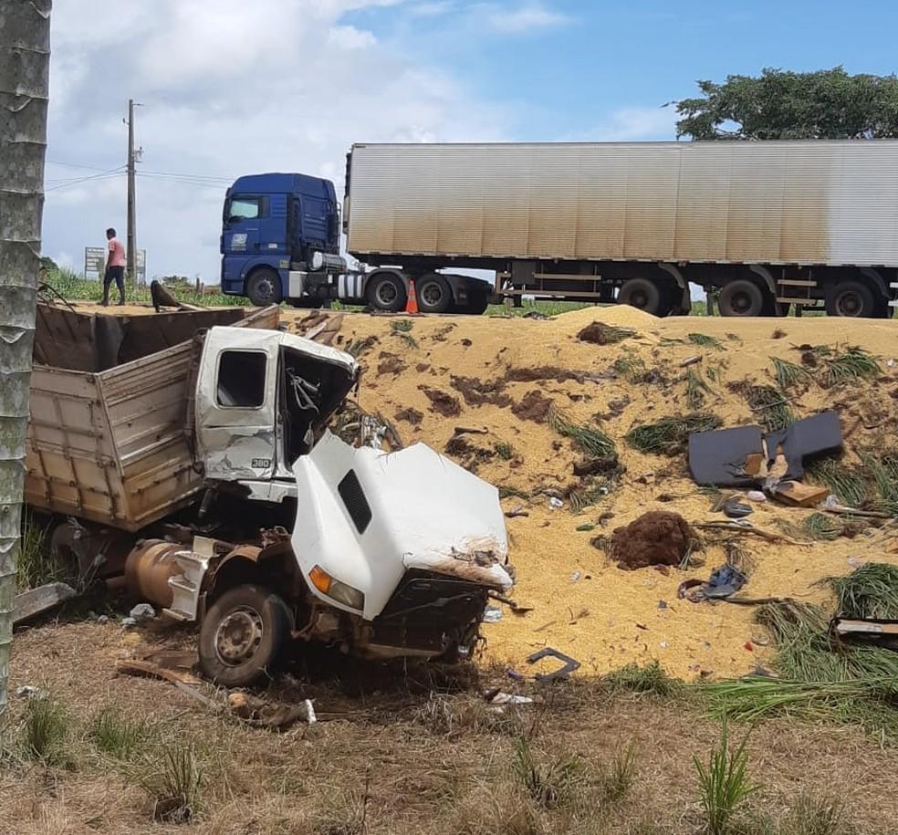Acidente entre dois caminhões e um carro na BR-364 — Foto: PRF/Divulgação