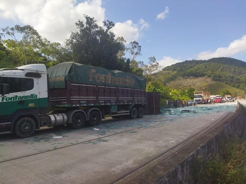 Carga de vidro ficou espalhada na rodovia após tombamento de carreta, em Flexeiras, AL — Foto: PRF-AL