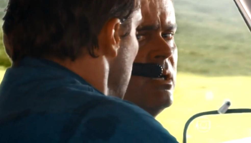 Cassiano (Henri Casteli) assume o controle do avião e tenta aterrizar com apenas um motor funcionando, em 'Flor do Caribe' — Foto: Globo