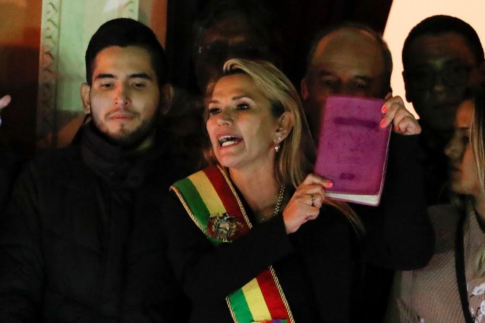 Com faixa presidencial, Jeanine Áñez se declara presidente da Bolívia nesta terça-feira (12) — Foto: Carlos Garcia Rawlins/Reuters