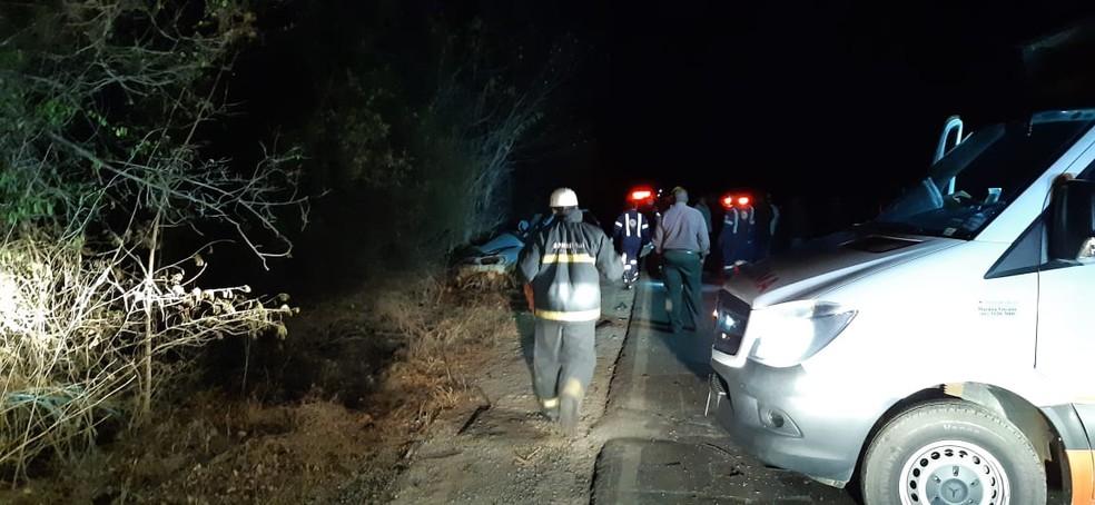 Carro com três ocupantes rodou na pista e colidiu contra ônibus; dois homens morreram — Foto: Corpo de Bombeiros/Divulgação
