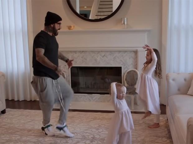 AJ McLean com as filhas (Foto: Reprodução)