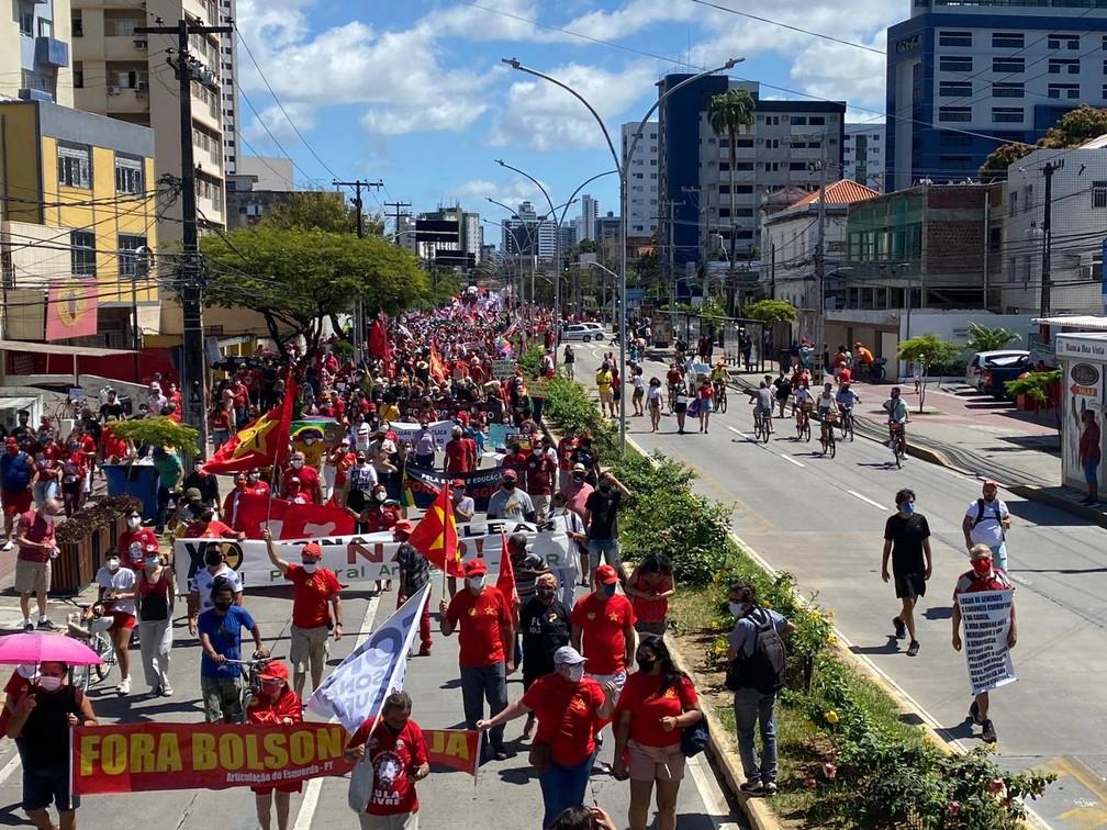 Manifestantes fecham uma das vias da Avenida Conde da Boa Vista, no centro do Recife, neste sábado (24) — Foto: Priscilla Aguiar/G1