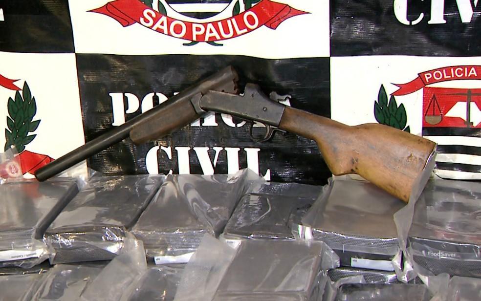 Uma garrucha calibre 28 foi apreendida no imóvel em Ribeirão Preto (Foto: Luciano Tolentino/EPTV)