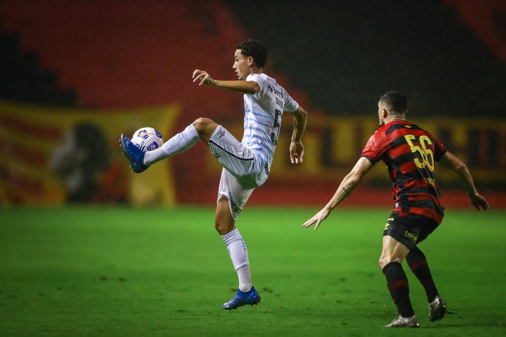 Volante Victor Bobsin entrou contra o Sport e deu nova dinâmica ao time — Foto: Lucas Uebel / Grêmio FBPA