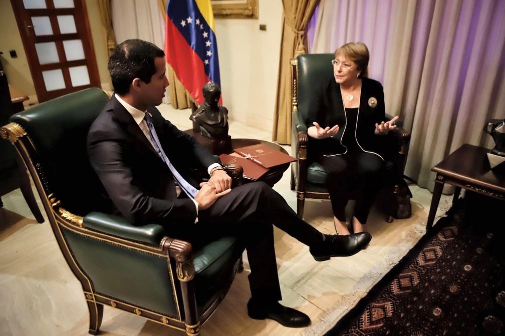 Juan Guaidó e Michelle Bachelet se reuniram em Caracas, durante visita diplomática da alta comissária da ONU à Venezuela — Foto: Leo Alvarez / Assessoria de Juan Guaidó / AFP