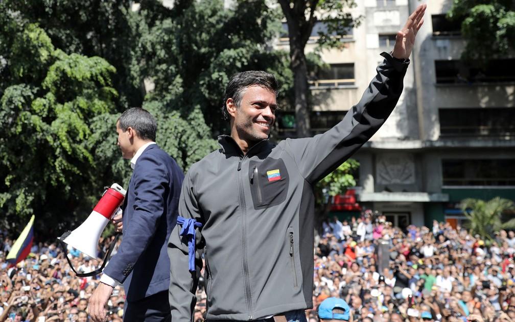 Leopoldo López, opositor venezuelano, durante marcha com Juan Guaidó — Foto: Manaure Quintero/Reuters