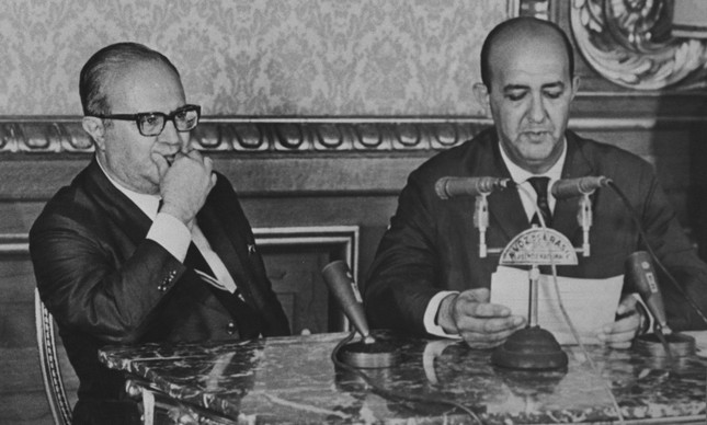 Ao lado do então ministro da Justiça, Gama e Silva, o locutor Alberto Curi lê o Ato Institucional nº 5