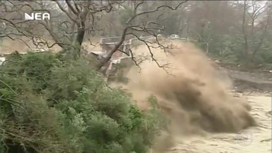 Moradores flagram momento em que ponte é arrastada por enchente na Grécia