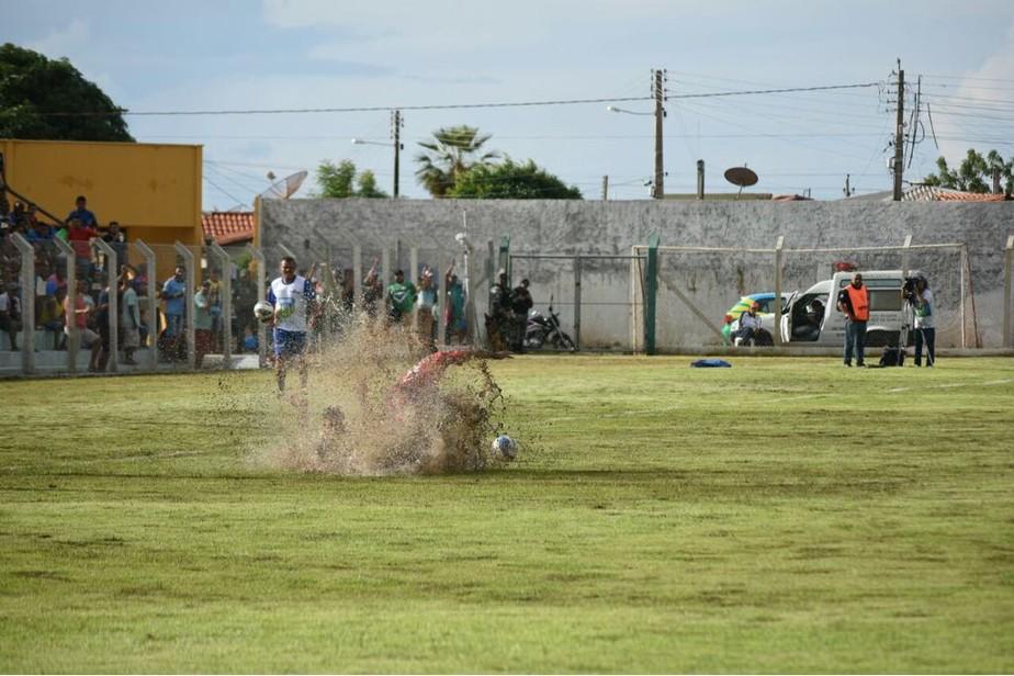 Eliminado, atacante detona gramados de estádios: