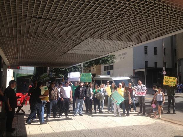 Pequeno grupo de manifestante protestou contra participantes do 19º Encontro do Foro de São Paulo. (Foto: Helton Simões Gomes/G1)