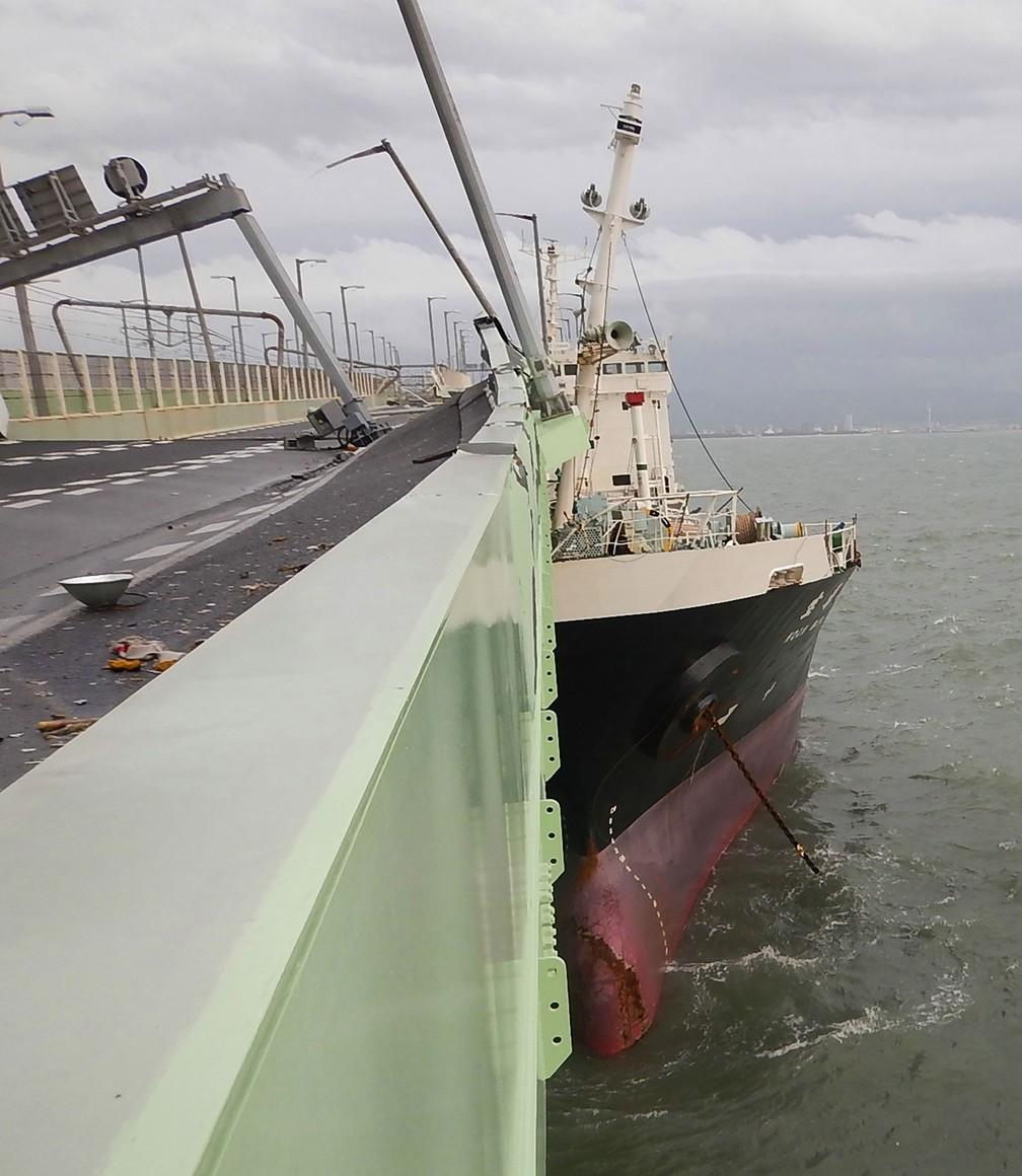Navio petroleiro colidiu em ponte que liga aeroporto internacional de Kansai à cidade Izumisano, em Osaka, durante a passagem do furacão Jebi nesta terça-feira (4)  (Foto: Jiji Press / AFP)