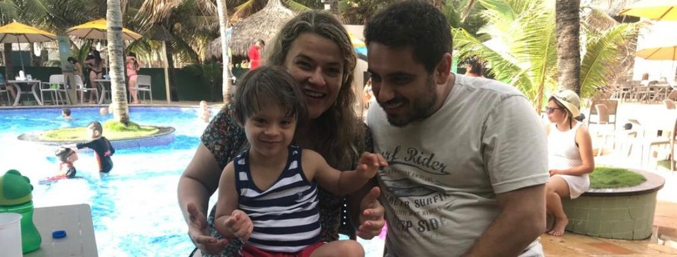 Miguel Guimarães Resende Soares com a mãe, Karla Guimarães e o pai, Daniel Resende. — Foto: Arquivo pessoal