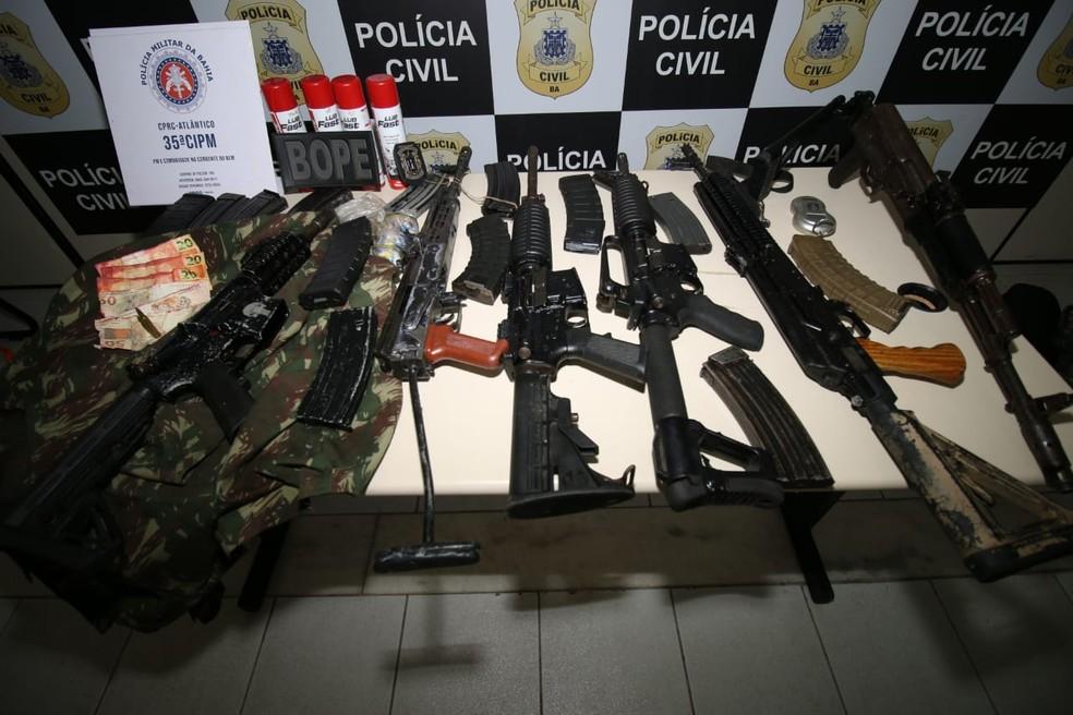 Polícia encontrou esconderijo, armas e notas manchadas após denúncias de que casas eram usadas para guardar material ilícito em Salvador — Foto: Alberto Maraux/SSP-BA