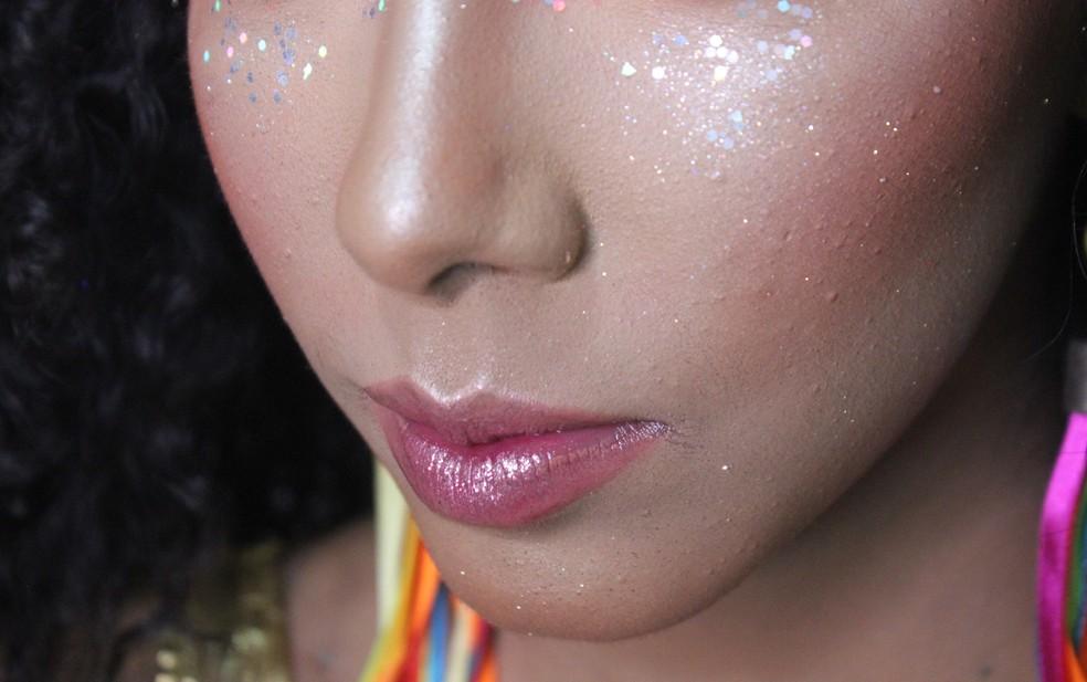 A própria hidratação do gloss serve para aplicação do glitter nos lábios — Foto: Rafaela Leal/G1 PI