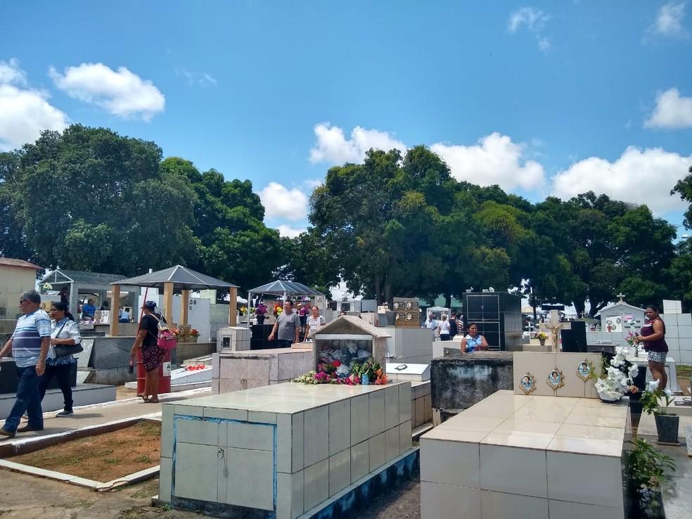 Familiares prestam homenagens, fazem orações e acendem velas em túmulos de entes queridos — Foto: Quésia Melo/G1