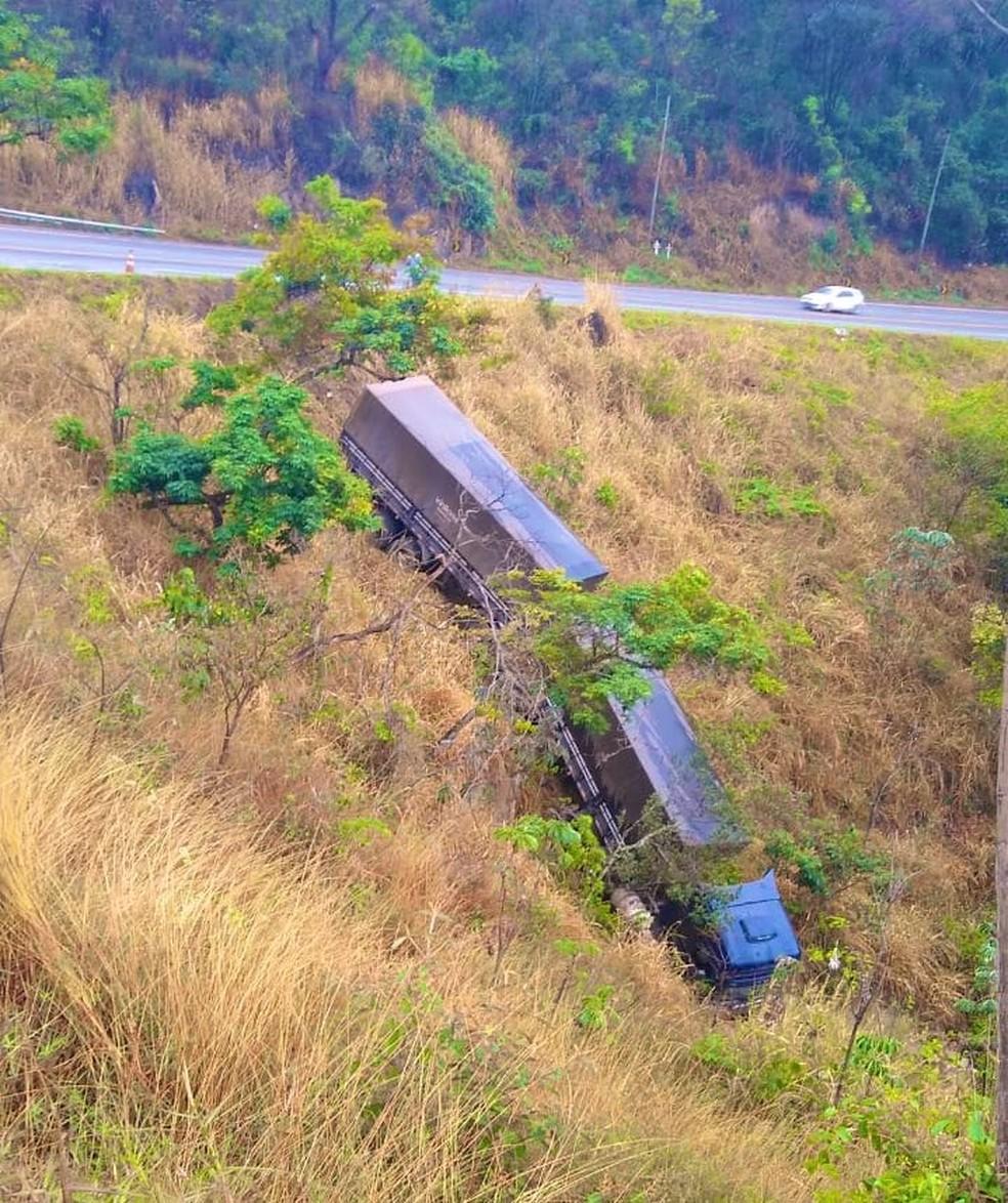 Queda de carreta na BR-381 — Foto: Corpo de Bombeiros de MG/Divulgação
