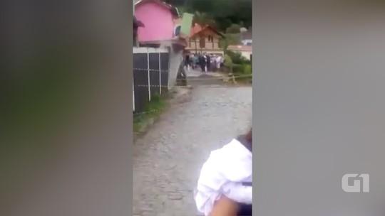 Casa desaba após temporal em São José do Vale do Rio Preto, no RJ; vídeo mostra momento