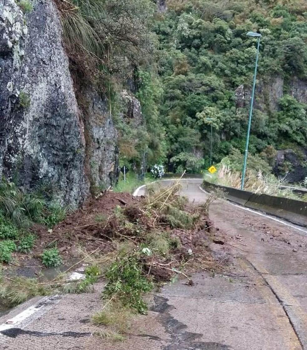 Deslizamento de terra deixa trânsito parcialmente bloqueado na Serra do Rio do Rastro em SC — Foto: Polícia Militar Rodoviária (PMRv)