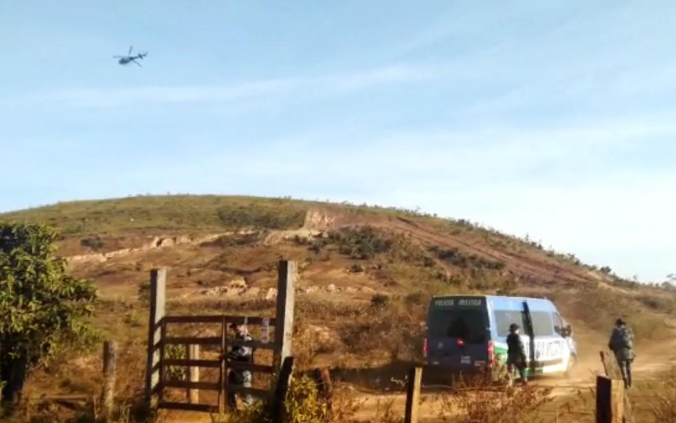 Carros e helicópteros da polícia fazem nova busca por Lázaro, em Goiás — Foto: Bruno Mendes/TV Anhanguera